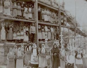 Маря Величко с послушницами на строительстве часовни